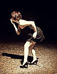 Tjej i svart klänning