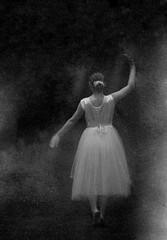 [フリー画像] 人物, 女性, 後ろ姿, 踊る・ダンス, モノクロ写真, 201104071700