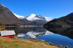 Loen, Nordfjord (stigkk) Tags: sea mountain snow reflection nature landscape geotagged clear fjord scandinavia loen hotelalexandra scenicview nordfjord deadcalm skla snowcoveredmountains goldalbum nikond90 nikkor18105mm stigkk flickrclassique norwaynorwegennoruega hoyahmc0filter