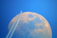 Emirates B777 A6-EBT and the moon (wrblokzijl) Tags: moon plane airplane inflight contrail aircraft aviation jet emirates telescope boeing 777 airliner apeldoorn enroute vapourtrail aviacion 1200mm overflight aircraftcontrail rnav boeing777300er jetcontrail a6ebt mooncrossing contrailspotting
