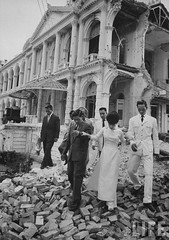 6-1962 Mrs. Dinh Nhu Ngo inspecting ruins of Palace. par VIETNAM History in Pictures (1962-1963)