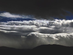 Nubes encima de mis montes..... (tan.solo_milenia .) Tags: nubes inspire nwn naturesfinest concordians fenómenosatmosféricos lightstyles