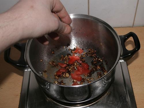 17 - Tomaten in Topf geben