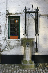 Water Pump (just.Luc) Tags: houses window buildings alley belgium maisons bricks belgi unesco worldheritagesite pump antwerp walls ruelle cobbles bguinage belgica fentre antwerpen murs steegje lier briques belgien huizen pomp venster begijnhof steeg btiments muren pompe kasseien bakstenen patrimoinemondial werelderfgoed