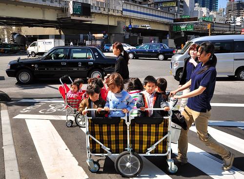 Niños en carritos para grupos class=