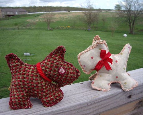 2 Little Scottie dogs sitting on a wall by quiltgranny.