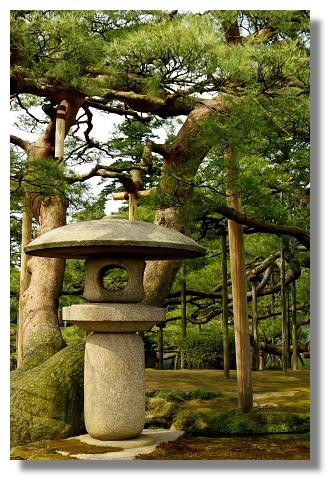 園內有各式各樣的石燈籠造景