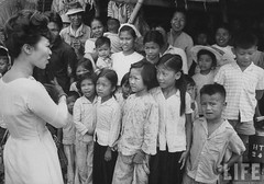 7-1962 Mrs. Dinh Nhu Ngo chatting with villagers in Tan Hung Hamlet. par VIETNAM History in Pictures (1962-1963)