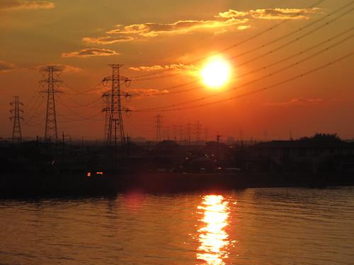 送電線と夕陽