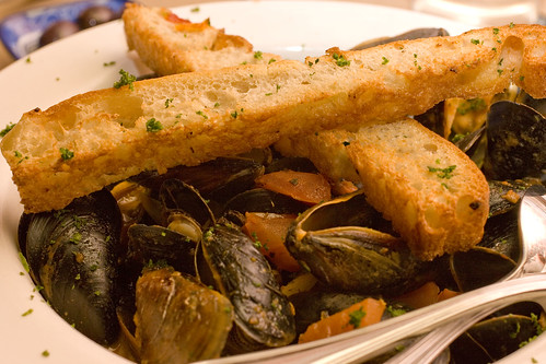 Steamed Mussels in Tomato and Garlic