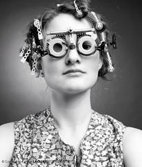 see you (Peter Laqua) Tags: girl canon glasses blackwhite curler monochrom schwarzweiss mdchen bespectacled schrze blackwhitephotos lockenwickler augenoptiker impressedbeauty flickraward yourbestblackandwhite lindy29 laquafotodesign orrectiveglasses korrekturbrille