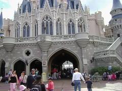 Cinderella Castle, Fantasyland, Magic Kingdom, Walt Disney World '09 - www.meEncantaViajar.com (javierdoren) Tags: amricadelnorte northamerica amrica america ammerica amrique amerika estadosunidos estadosunidosdeamrica unitedstates unitedstatesofamerica tatsunis lestatsunis eeuu usa us florida centralflorida orlando waltdisneyworld waltdisneyworld2009 waltdisneyworldresort disneyworld wdw waltdisney disney reinomgico magickingdom fantasilandia fantasyland castillo castle castel chteau castillodelacenicienta cinderellacastle balcn balcony escaleras stairs coches color colour globo balloon strollers vitrales vitraux waltdisneyworldrailroad estacin station stainedglass staircase vidriera vidrieras mochila backpack almenas