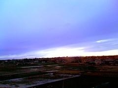 空の青と夕日の橙が混じる境界あたりが超ドリーミーな色彩してる 。