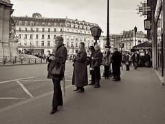 waiting... (mouzhik) Tags: paris bus streetphotography stop opra autobus parijs haltestelle pars zemzem  arrt muzhik pary mujik parys    pariisi    scnedevie parizo moujik  mouzhik leicadlux4   pars prizs