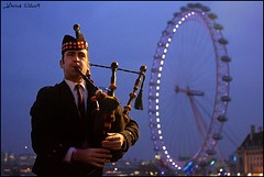 Dudk  (JArou ) Tags: city travel portrait music london canon nightshot londoneye traveling bagpiper 40d canon40d dudk