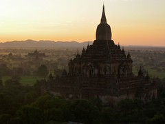 Sunrise @ the Htilominlo Temple from the balloon