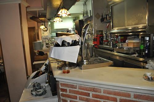 Barra y cocina detrás