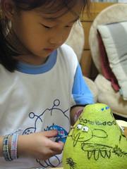 20090928-yoyo認真裝飾柚子 (2)
