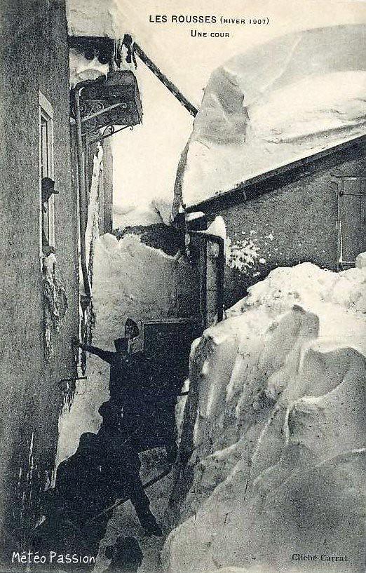 cour ensevelie par la neige aux Rousses pendant l'hiver 1907