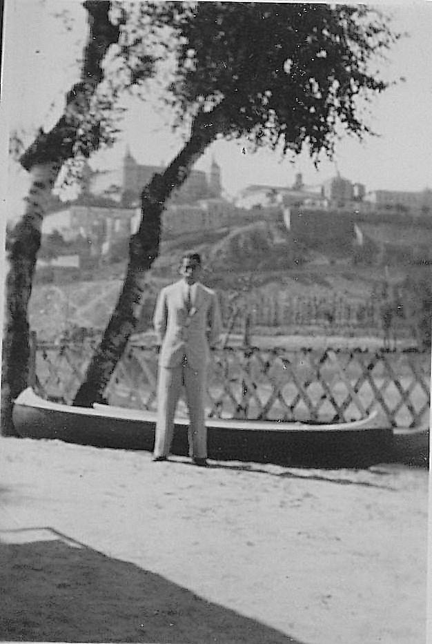 Eduardo Butragueño Bueno posa con el Pichón Casero, embarcación construida por él mismo.  Fotografía de Eduardo Butragueño Bueno