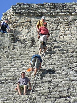 descente de la pyramide de coba.jpg