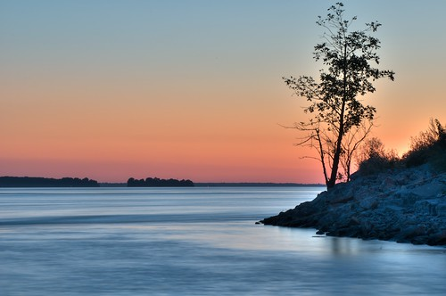 The Lone Tree on the St-Laurent (HDR)