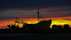 A Contraluz (ISACROMEO) Tags: patagonia argentina contraluz barco playa amanecer bj silueta costanera chubut abandono comodororivadavia deshuso nikond700 isacromeo