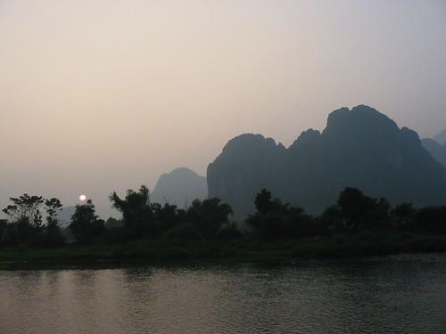 Dreigende zonsondergang in Vang Vieng