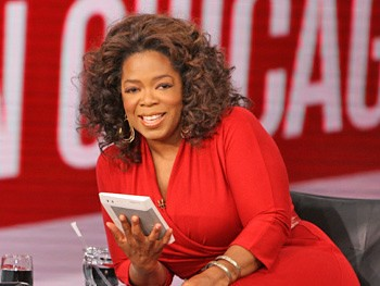 Oprah Winfrey with Kindle by gotkindle.