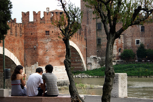 Verona: Ponte scaligero: friends
