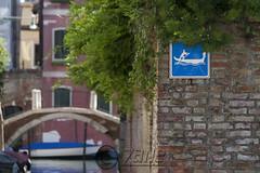 Segnaletica lagunare (zane) Tags: street bridge venice water signal venezia 30d