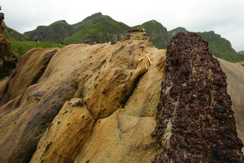 奇岩。紅色的部份是石頭本身富含的鐵質,風化後成為美麗的結晶體