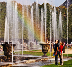 ~ in perfect harmony ~ (Janey Kay) Tags: life people walking person rainbow leute gente action candid streetphotography running movimiento personas versailles harmony bewegung movimento fountains bp refreshing 2009 personnes personne leben regenbogen vita gens active mouvement vie arcenciel harmonie azione marcher courir inharmony fountaines janeykay momvement baladesparisiennes
