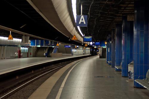Menschenleere Bahnsteige sind auf der Stammstrecke selten, insbesondere um 20 Uhr abends. Die Sperrung macht solche seltenen Bilder möglich.