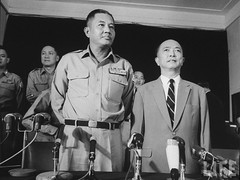 11-1963 Major General, co-leader of military coup that overthrew Diem Regime, Van Minh Duong (L) with new Prime Minister, Nguyen Ngoc Tho (R). par VIETNAM History in Pictures (1962-1963)