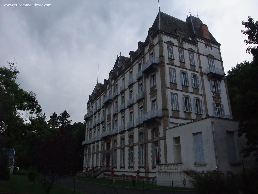 Existem apartamentos para venda neste belo prédio
