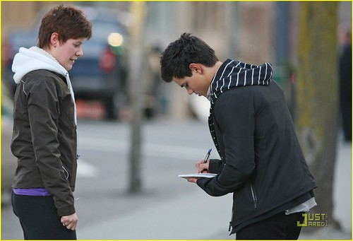 taylor-lautner-wolf-pack-lunch-06