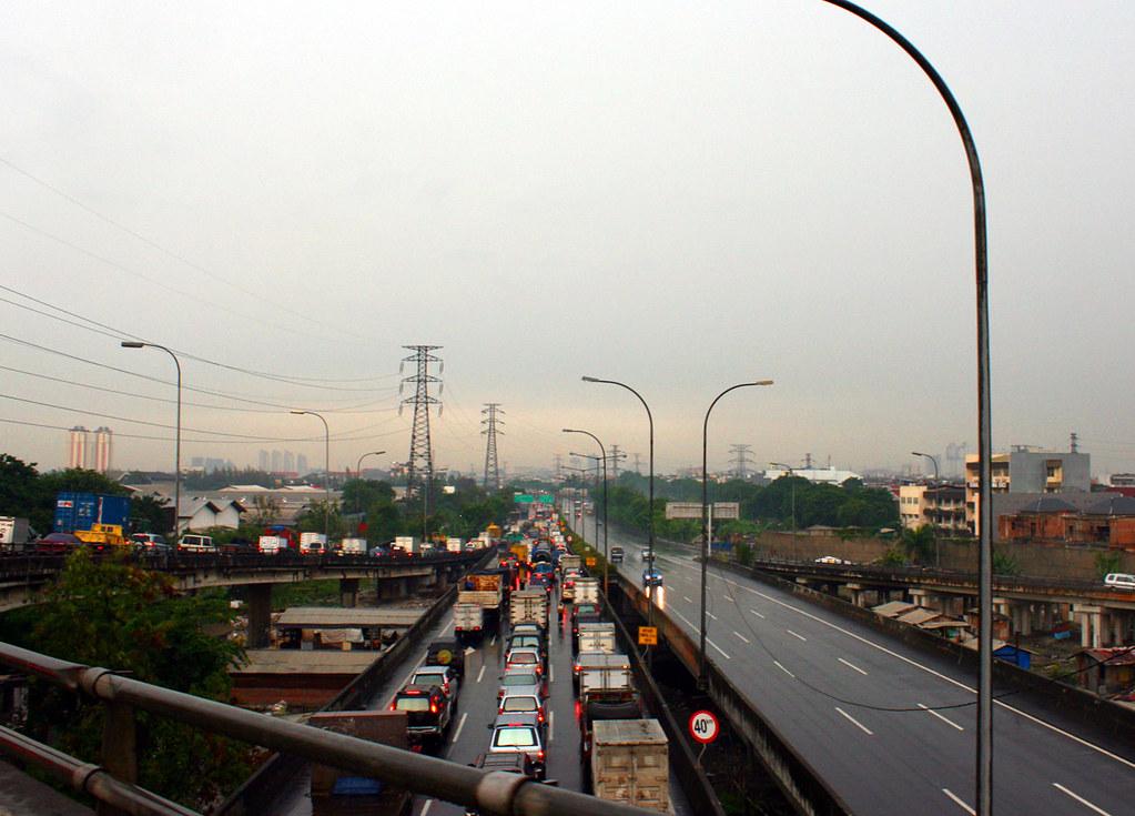 Ruas Jalan Tol Wiyoto Wiyono (Cawang-Tj.Priok) di sore hari (Elisa Sutanudjaja)