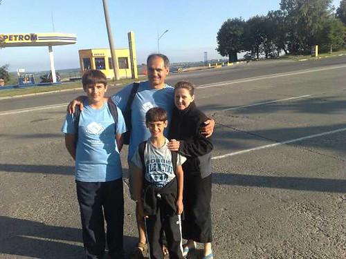Familia Filat la plecarea in calatoria pe jos de la Chisinau la Hancesti
