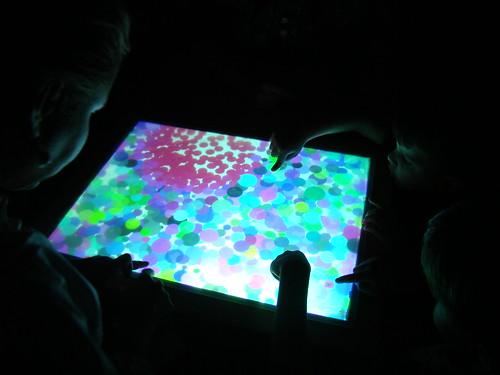 Mesa de bolinhas coloridas