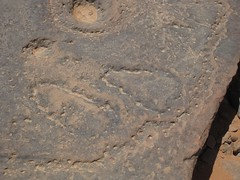 gypten (ursulazrich) Tags: sahara lines sandals egypt footprints gypten egitto rockart egypte petroglyphs sandalen linien westerndesert sandales gravures cupules opferstein gilfkebir rinnen gravuren westlichewste coupules libationstone opferfelsen