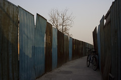 (arnd Dewald) Tags: china bike fence beijing 北京 中国 zaun fahrrad peking 中國 běijīng arndalarm zhōngguó img4610e05klein