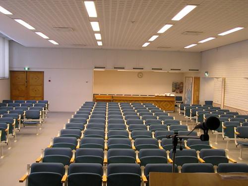 Näkymä puhujalavalta yleisöä kohti tyhjässä salissa