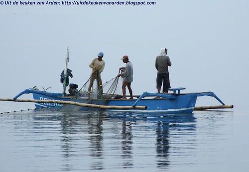 Vissersbootje op Bali, 's morgens vroeg