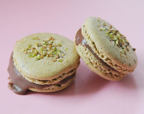 pistachio-milkchocolate-macaron