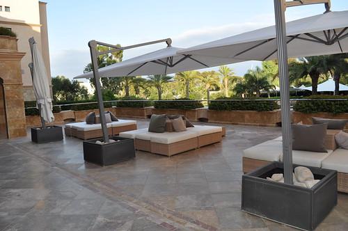 Terraza del hotel situada junto a la recepción