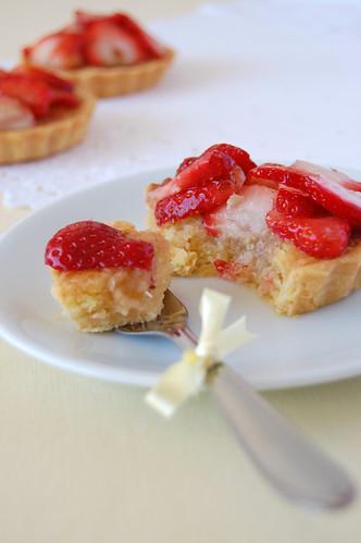 Strawberry frangipane tartlets / Tortinhas de morango com recheio de amêndoa