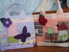 As duas...... (Ponto Final - Patchwork) Tags: verde quilt rosa borboleta feltro patchwork casinha tecido lils xadrez aplique retalho aplicao aplicaes po apliques patchcolagem caseado artesanatoemtecido bolsinhainfantil bolsinhaemlona bolsaderetalho