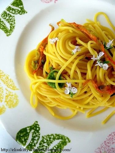 spaghetti con fiori zafferano e rosmarino