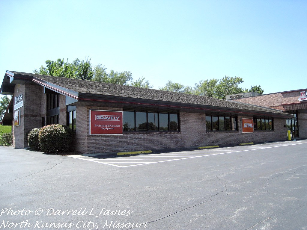 Ryan's, N. Oak Trfwy, 4 wm